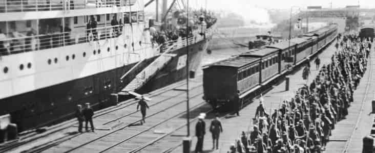 Victorian infantry embarking on HMAT Hororata (A20), at the Port Melbourne pier. At left is HMAT Orvieto